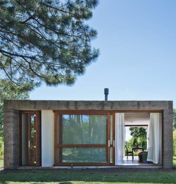 Casa pequena e charmosa com janelas e portas de vidro