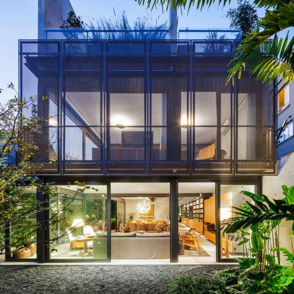 Casa contemporânea moderna com estrutura de ferro e vidro