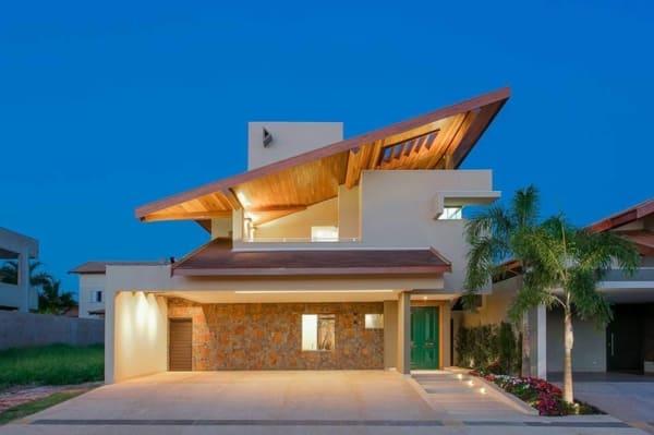 Casa contemporânea moderna com telhado diferente