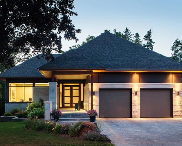 Casa contemporânea com telhado tradicional
