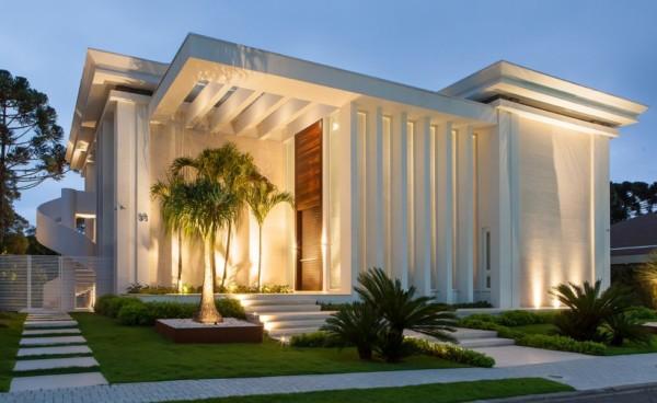 casa contemporânea moderna com colunas na fachada