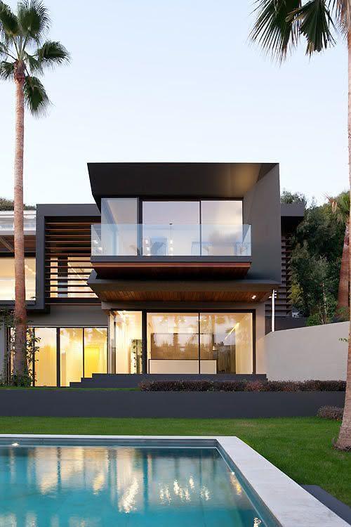 Casa contemporânea moderna que mistura madeira, concreto e vidro