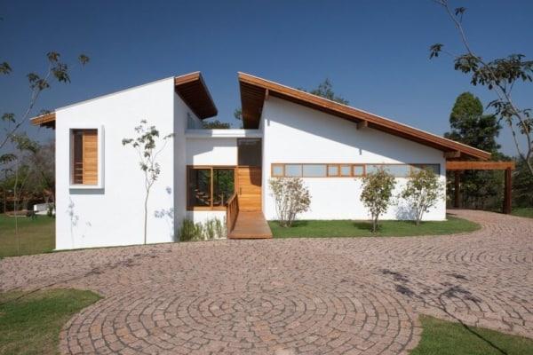 Casa contemporânea ´térrea com telhado aparente