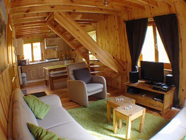 Área interna do chalé de madeira