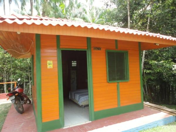 chale de madeira laranja