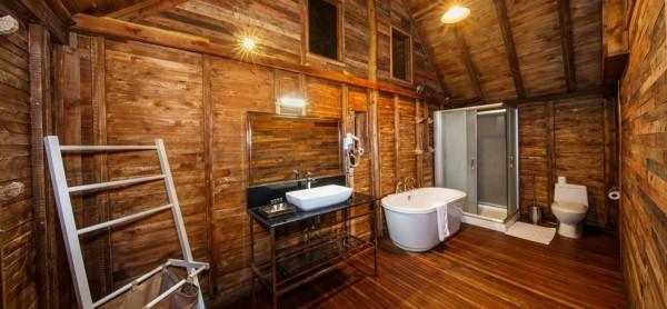 Banheiro de um chalé de madeira