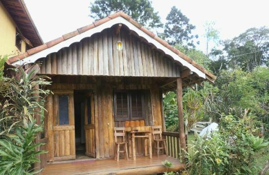 chale de madeira simples com varanda