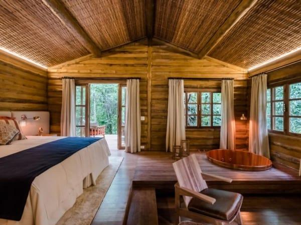 Interior de chalé de madeira relativamente grande