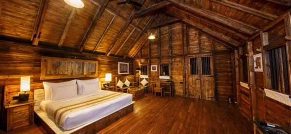 Área interna de chalé de madeira sofisticado