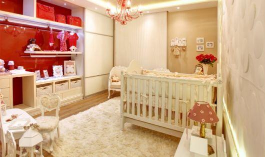 quarto de bebê bege e vermelho