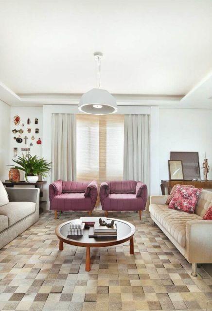 sala com poltronas roxas