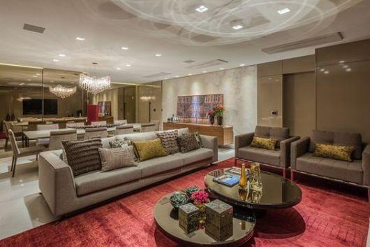 sala com tapete vermelho