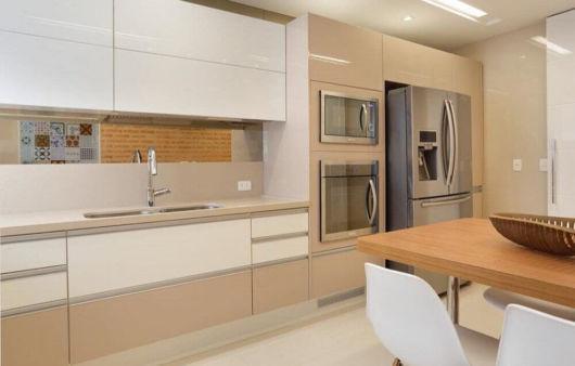 cozinha planejada bege e branca