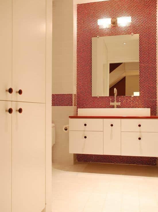 Banheiro vermelho e branco