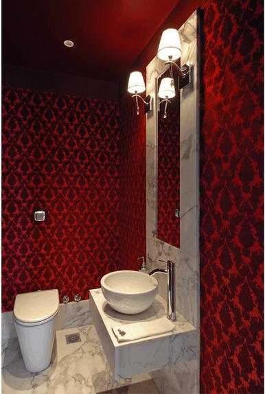 Banheiro com papel de parede vermelho