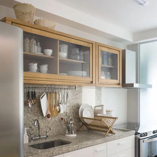 cozinha com armários de parede