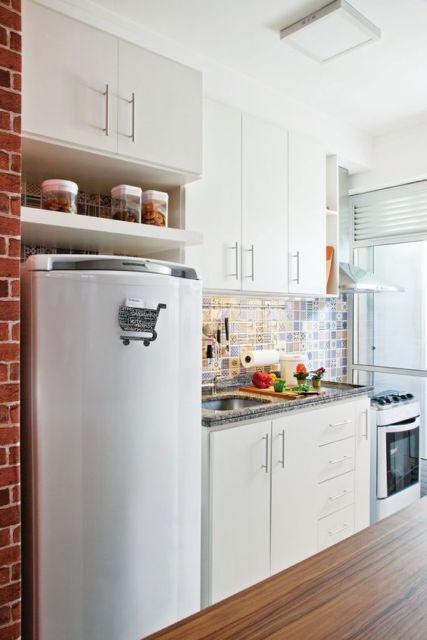 cozinha apartamento com armários brancos