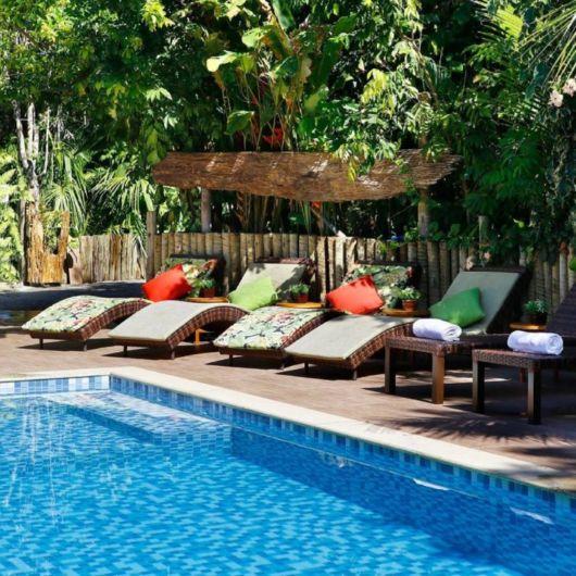 quintal com piscina e móveis
