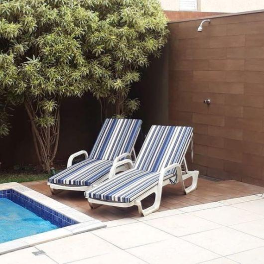 quintal com ducha e piscina