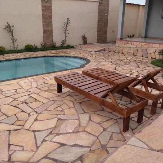 quintal com piscina e pedras