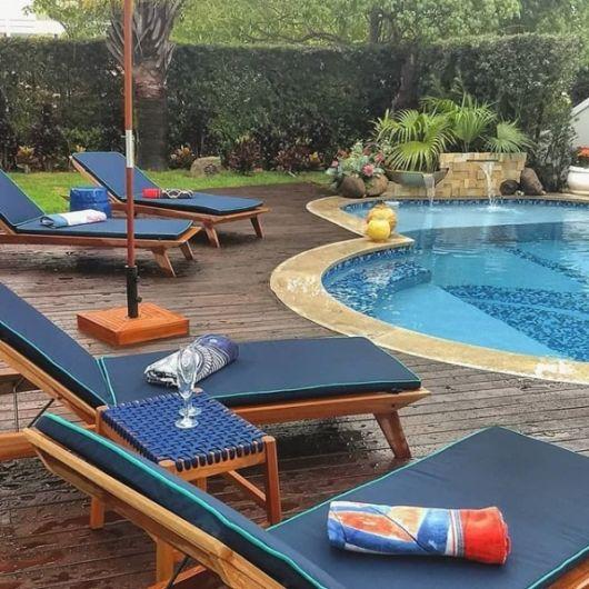piscina com móveis estofados