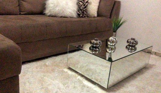 Decoração com mesa de centro pequena espelhada