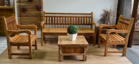 Mesa de centro pequena de madeira