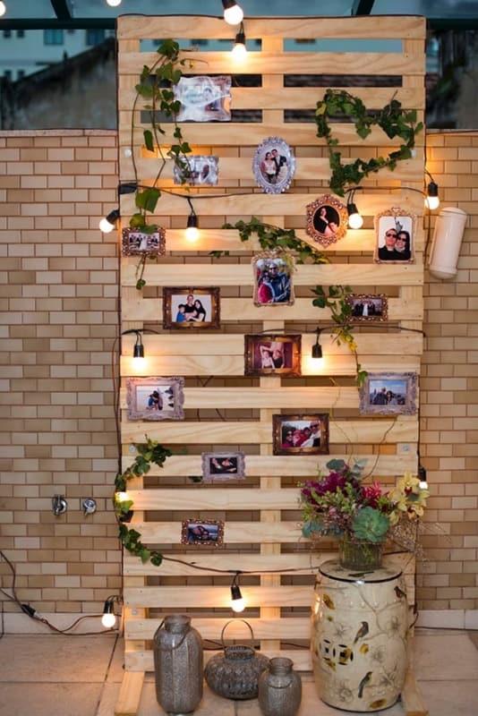 parede de pallet com luzes pisca pisca e fotos
