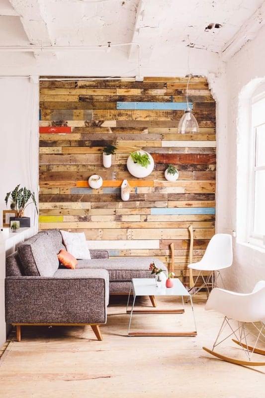 Sala pequena com parede de pallet