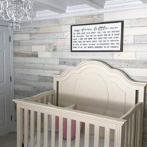 Quarto de bebê fofo com parede de pallet