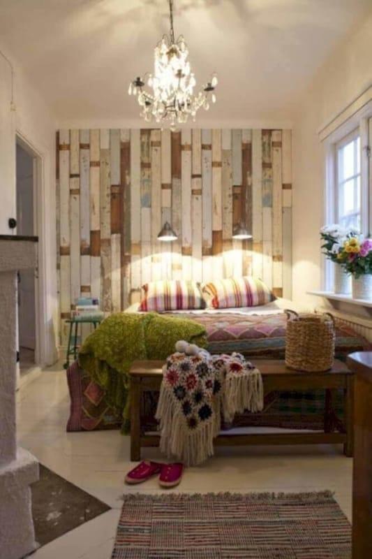 Pallets coloridos em parede do quarto