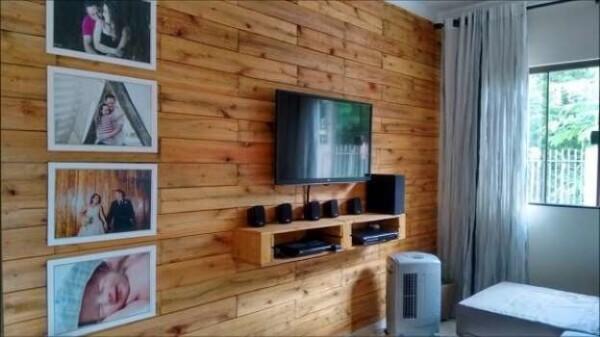TV fixada em parede de pallet