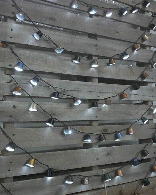 parede de pallet com luzes