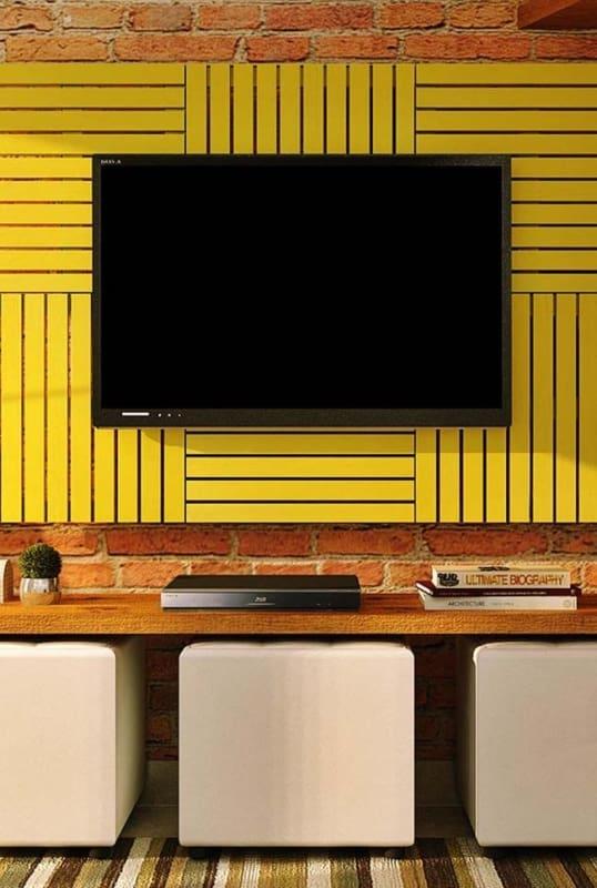 Parede de pallet para TV pintado de amarelo