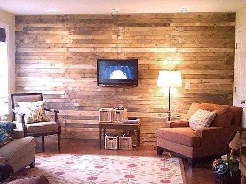 Sala decorada com parede de pallet