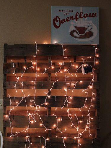 parede de pallet com luzes pisca pisca