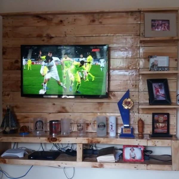 Parede de pallet para TV com prateleiras