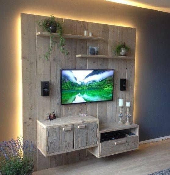 Parede de pallet para TV com prateleiras e armários