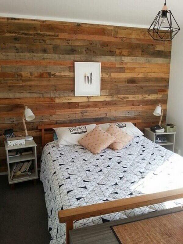 parede de pallet no quarto com quadro decorativo