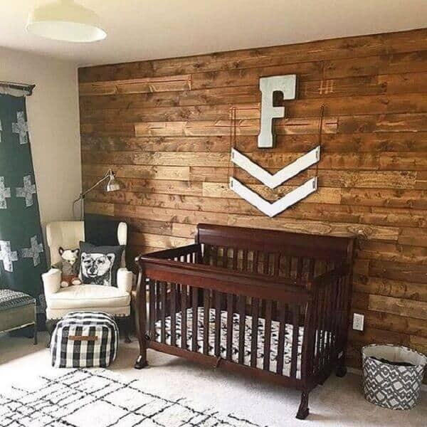 parede de pallet no quarto de bebê