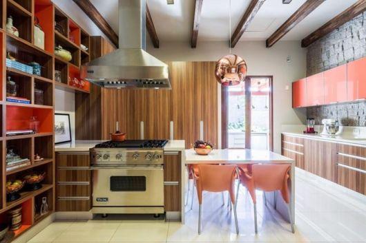 Cozinha com pendente cobre