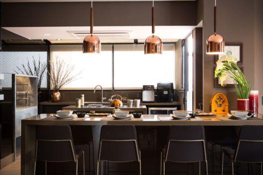 Sala de jantar com pendente cobre