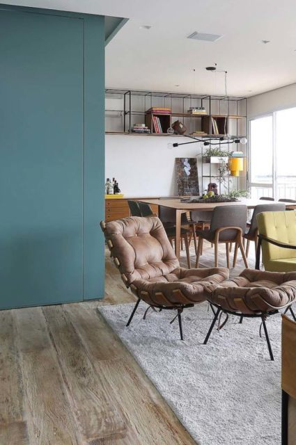sala com piso que imita madeira