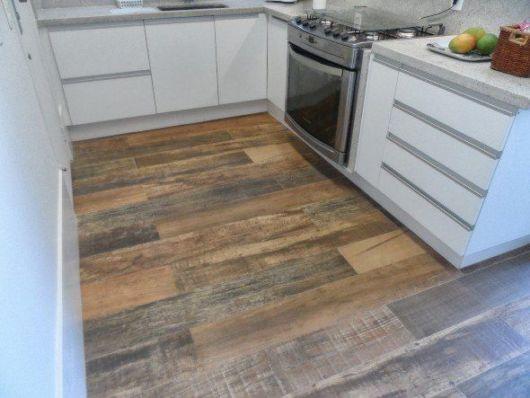 cozinha com piso que imita madeira