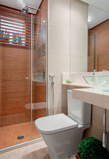 banheiro com piso que imita madeira