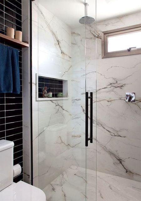 banheiro com piso que imita mármore