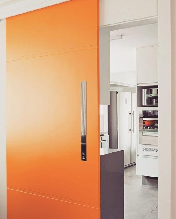 Porta de correr laranja para cozinha