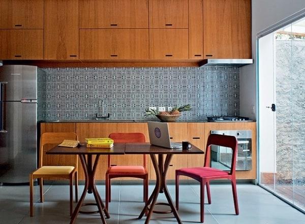 Cozinha amadeirada com porta de vidro