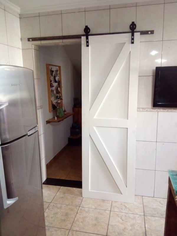 Porta de madeira pintada de branco de correr para cozinha