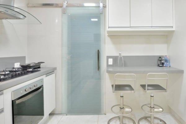 Porta de correr pequena para cozinha de apartamento